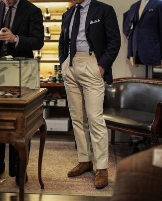 Hellbeige Einstecktuch kombinieren: trends 2020: Ein dunkelblaues Sakko und ein hellbeige Einstecktuch vermitteln eine sorglose und entspannte Atmosphäre. Fühlen Sie sich ideenreich? Komplettieren Sie Ihr Outfit mit braunen Wildleder Derby Schuhen.