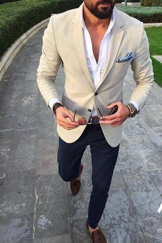 Hellblaues bedrucktes Einstecktuch kombinieren: trends 2020: Tragen Sie ein hellbeige Sakko und ein hellblaues bedrucktes Einstecktuch für einen entspannten Wochenend-Look. Fühlen Sie sich ideenreich? Wählen Sie dunkelbraunen Leder Slipper.