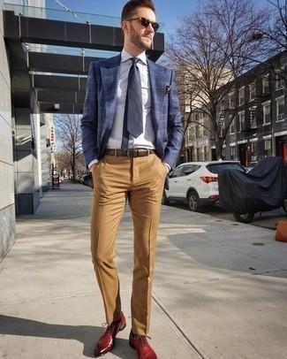 Rote Leder Oxford Schuhe kombinieren – 121 Herren Outfits: Tragen Sie ein dunkelblaues Sakko mit Schottenmuster und eine beige Anzughose für einen stilvollen, eleganten Look. Fühlen Sie sich mutig? Wählen Sie roten Leder Oxford Schuhe.