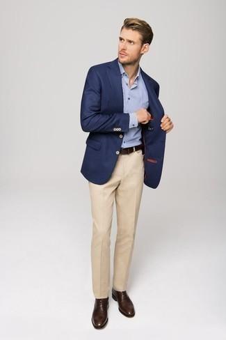 Hellbeige Anzughose kombinieren: trends 2020: Kombinieren Sie ein dunkelblaues Sakko mit einer hellbeige Anzughose für einen stilvollen, eleganten Look. Dunkelbraune Leder Oxford Schuhe sind eine großartige Wahl, um dieses Outfit zu vervollständigen.