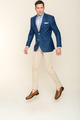 Hellbeige Anzughose kombinieren: trends 2020: Vereinigen Sie ein dunkelblaues Sakko mit Karomuster mit einer hellbeige Anzughose, um vor Klasse und Perfektion zu strotzen. Komplettieren Sie Ihr Outfit mit braunen Leder Slippern.