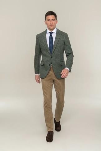Herren Outfits & Modetrends 2020: Machen Sie sich mit einem dunkelgrünen Wollsakko und einer beige Anzughose einen verfeinerten, eleganten Stil zu Nutze. Komplettieren Sie Ihr Outfit mit dunkelbraunen Wildleder Oxford Schuhen.
