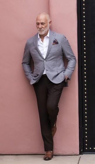 Herren Outfits & Modetrends 2020: Geben Sie den bestmöglichen Look ab in einem hellblauen Sakko mit Karomuster und einer dunkelbraunen Anzughose. Braune Leder Slipper sind eine perfekte Wahl, um dieses Outfit zu vervollständigen.