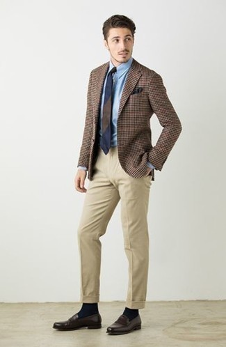 Hellbeige Anzughose kombinieren: trends 2020: Vereinigen Sie ein braunes Sakko mit Hahnentritt-Muster mit einer hellbeige Anzughose für einen stilvollen, eleganten Look. Ergänzen Sie Ihr Look mit dunkelbraunen Leder Slippern.