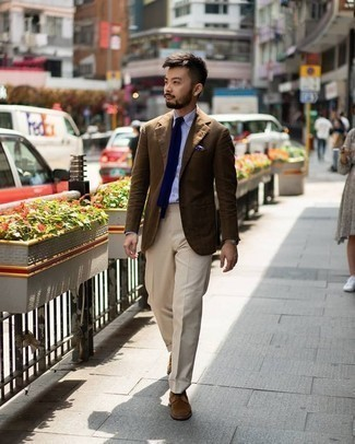 Hellbeige Anzughose kombinieren: trends 2020: Kombinieren Sie ein braunes Sakko mit einer hellbeige Anzughose für eine klassischen und verfeinerte Silhouette. Braune Wildleder Derby Schuhe sind eine großartige Wahl, um dieses Outfit zu vervollständigen.