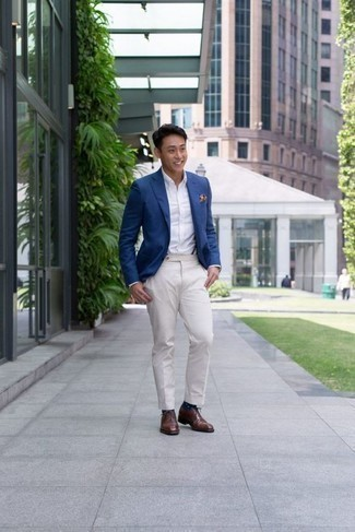Weiße Anzughose kombinieren: trends 2020: Entscheiden Sie sich für ein blaues Sakko und eine weiße Anzughose, um vor Klasse und Perfektion zu strotzen. Braune Leder Oxford Schuhe sind eine perfekte Wahl, um dieses Outfit zu vervollständigen.