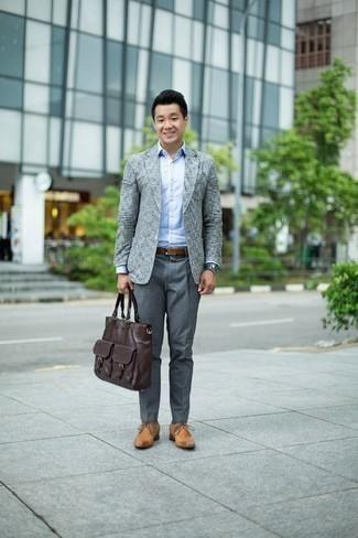 Graue Uhr kombinieren: trends 2020: Kombinieren Sie ein graues Sakko mit einer grauen Uhr für einen entspannten Wochenend-Look. Fühlen Sie sich ideenreich? Vervollständigen Sie Ihr Outfit mit beige Leder Derby Schuhen.