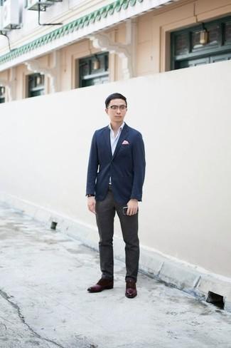 Herren Outfits & Modetrends 2020: elegante Outfits: Geben Sie den bestmöglichen Look ab in einem dunkelblauen Sakko und einer dunkelgrauen Anzughose. Ergänzen Sie Ihr Look mit dunkelroten Leder Derby Schuhen.