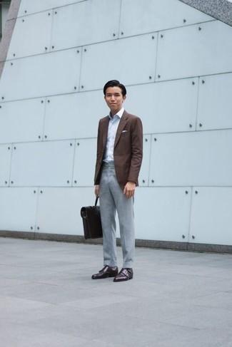 Herren Outfits & Modetrends 2020: elegante Outfits: Machen Sie sich mit einem braunen Sakko und einer grauen Anzughose einen verfeinerten, eleganten Stil zu Nutze. Ergänzen Sie Ihr Look mit dunkelbraunen Doppelmonks aus Leder.