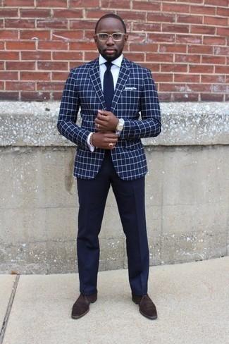 Dunkelblaues Sakko mit Karomuster kombinieren: trends 2020: Kombinieren Sie ein dunkelblaues Sakko mit Karomuster mit einer dunkelblauen Anzughose für einen stilvollen, eleganten Look. Suchen Sie nach leichtem Schuhwerk? Entscheiden Sie sich für dunkelbraunen Chukka-Stiefel aus Wildleder für den Tag.