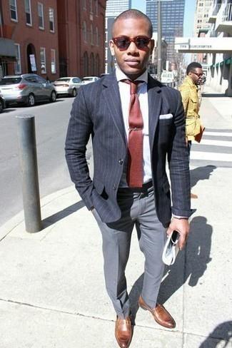 Herren Outfits & Modetrends 2020 für Sommer: Kombinieren Sie ein dunkelgraues vertikal gestreiftes Sakko mit einer grauen Anzughose für einen stilvollen, eleganten Look. Braune Leder Slipper sind eine gute Wahl, um dieses Outfit zu vervollständigen. Ein trendiger Look für den Sommer.