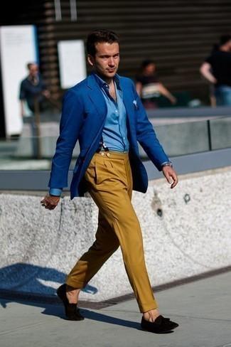 Hellblaues bedrucktes Einstecktuch kombinieren: trends 2020: Kombinieren Sie ein blaues Sakko mit einem hellblauen bedruckten Einstecktuch für einen entspannten Wochenend-Look. Fühlen Sie sich ideenreich? Wählen Sie schwarzen Wildleder Slipper mit Quasten.