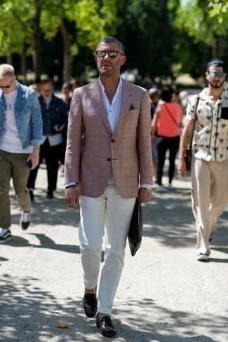 Weiße Anzughose kombinieren: trends 2020: Vereinigen Sie ein rosa Sakko mit einer weißen Anzughose, um vor Klasse und Perfektion zu strotzen. Dunkelbraune Leder Slipper sind eine gute Wahl, um dieses Outfit zu vervollständigen.