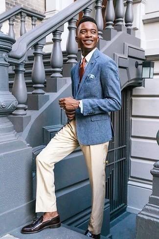 20 Jährige: Dunkelbraune Leder Slipper mit Quasten kombinieren – 51 Herren Outfits: Entscheiden Sie sich für ein blaues Sakko und eine hellbeige Anzughose für einen stilvollen, eleganten Look. Dunkelbraune Leder Slipper mit Quasten sind eine perfekte Wahl, um dieses Outfit zu vervollständigen.