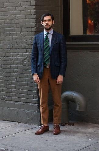 Dunkelgrüne horizontal gestreifte Socken kombinieren – 9 Herren Outfits: Ein dunkelblaues Sakko mit Karomuster und dunkelgrüne horizontal gestreifte Socken sind eine ideale Outfit-Formel für Ihre Sammlung. Braune Leder Derby Schuhe sind eine einfache Möglichkeit, Ihren Look aufzuwerten.