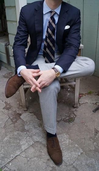 Dunkelbraune Wildleder Oxford Schuhe kombinieren: trends 2020: Geben Sie den bestmöglichen Look ab in einem dunkelblauen Sakko und einer grauen Anzughose. Vervollständigen Sie Ihr Look mit dunkelbraunen Wildleder Oxford Schuhen.