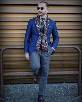 Blaue Anzughose kombinieren – 801+ Herren Outfits: Erwägen Sie das Tragen von einem blauen Sakko und einer blauen Anzughose für einen stilvollen, eleganten Look. Dunkelbraune Leder Slipper mit Quasten sind eine gute Wahl, um dieses Outfit zu vervollständigen.