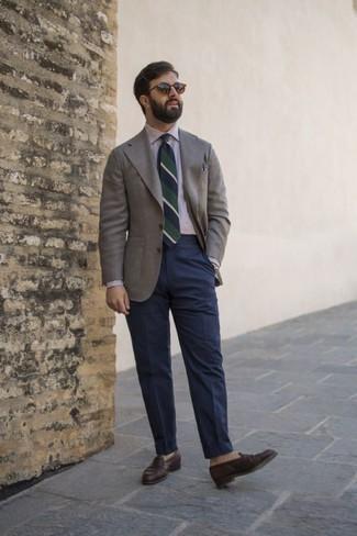 Weißes und dunkelblaues vertikal gestreiftes Businesshemd kombinieren: trends 2020: Kombinieren Sie ein weißes und dunkelblaues vertikal gestreiftes Businesshemd mit einer dunkelblauen Anzughose für einen stilvollen, eleganten Look. Vervollständigen Sie Ihr Look mit dunkelbraunen Leder Slippern.