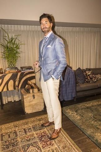 Beige Leder Slipper kombinieren – 48 Herren Outfits: Kombinieren Sie ein hellblaues Sakko mit einer hellbeige Anzughose, um vor Klasse und Perfektion zu strotzen. Beige Leder Slipper sind eine kluge Wahl, um dieses Outfit zu vervollständigen.