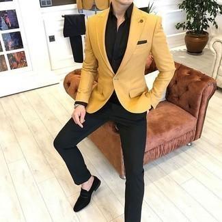 Schwarze Wildleder Slipper kombinieren – 252 Herren Outfits: Kombinieren Sie ein senf Sakko mit einer schwarzen Anzughose, um vor Klasse und Perfektion zu strotzen. Schwarze Wildleder Slipper sind eine gute Wahl, um dieses Outfit zu vervollständigen.