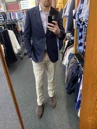 Graue Chelsea Boots aus Wildleder kombinieren – 77 Herren Outfits: Kombinieren Sie ein dunkelblaues vertikal gestreiftes Sakko mit einer hellbeige Anzughose für einen stilvollen, eleganten Look. Graue Chelsea Boots aus Wildleder fügen sich nahtlos in einer Vielzahl von Outfits ein.