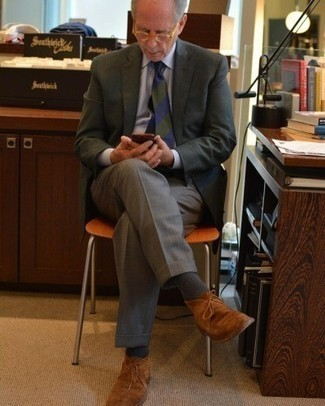 Dunkelgrünes Sakko kombinieren – 238 Herren Outfits: Tragen Sie ein dunkelgrünes Sakko und eine graue Anzughose für eine klassischen und verfeinerte Silhouette. Fühlen Sie sich ideenreich? Entscheiden Sie sich für rotbraunen Chukka-Stiefel aus Wildleder.