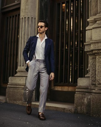 Mehrfarbiges Perlen Armband kombinieren – 109 Herren Outfits: Halten Sie Ihr Outfit locker mit einem dunkelblauen Sakko und einem mehrfarbigen Perlen Armband. Ergänzen Sie Ihr Outfit mit dunkelbraunen Leder Slippern mit Quasten, um Ihr Modebewusstsein zu zeigen.
