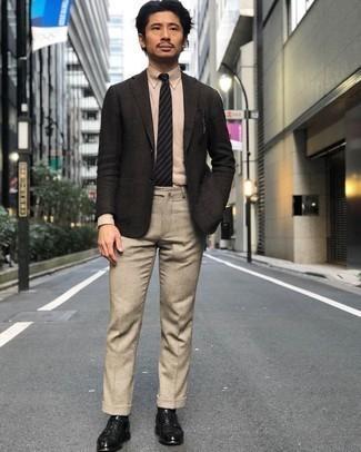 Dunkelgraues Wollsakko kombinieren – 459 Herren Outfits: Kombinieren Sie ein dunkelgraues Wollsakko mit einer hellbeige Wollanzughose, um vor Klasse und Perfektion zu strotzen. Schwarze Leder Derby Schuhe sind eine perfekte Wahl, um dieses Outfit zu vervollständigen.