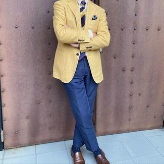 Braune Leder Slipper kombinieren – 500+ Herren Outfits: Kombinieren Sie ein gelbes Sakko mit einer blauen Anzughose für einen stilvollen, eleganten Look. Braune Leder Slipper sind eine gute Wahl, um dieses Outfit zu vervollständigen.