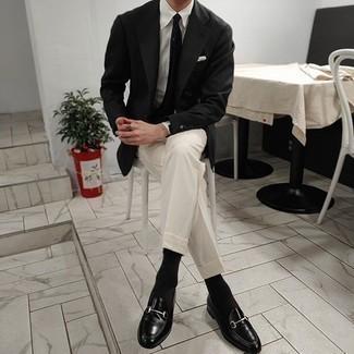 schwarzes Sakko, weißes Businesshemd, weiße Anzughose, schwarze Leder Slipper für Herren