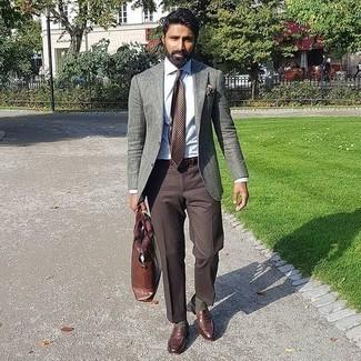 Braune Leder Slipper kombinieren – 500+ Herren Outfits: Kombinieren Sie ein graues Sakko mit einer dunkelbraunen Anzughose für eine klassischen und verfeinerte Silhouette. Braune Leder Slipper sind eine gute Wahl, um dieses Outfit zu vervollständigen.
