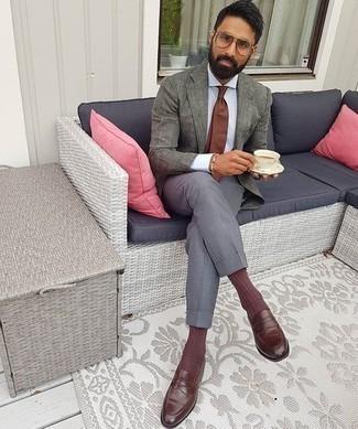 Braune Leder Slipper kombinieren – 500+ Herren Outfits: Tragen Sie ein graues Leinen Sakko und eine graue Anzughose für eine klassischen und verfeinerte Silhouette. Braune Leder Slipper sind eine kluge Wahl, um dieses Outfit zu vervollständigen.