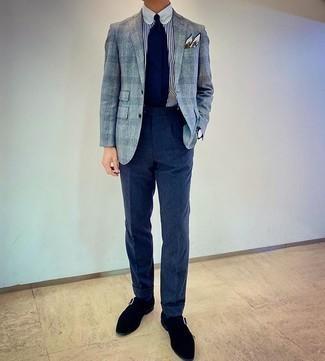 Weißes und dunkelblaues vertikal gestreiftes Businesshemd kombinieren – 500+ Herren Outfits: Kombinieren Sie ein weißes und dunkelblaues vertikal gestreiftes Businesshemd mit einer dunkelblauen Wollanzughose für eine klassischen und verfeinerte Silhouette. Schwarze Monks aus Wildleder sind eine perfekte Wahl, um dieses Outfit zu vervollständigen.