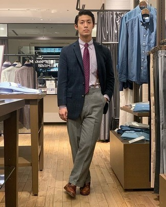Braune Leder Slipper kombinieren – 500+ Herren Outfits: Etwas Einfaches wie die Wahl von einem dunkelblauen und grünen Sakko mit Schottenmuster und einer grauen Anzughose kann Sie von der Menge abheben. Dieses Outfit passt hervorragend zusammen mit braunen Leder Slippern.