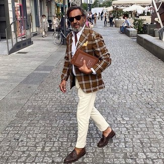 Hellbeige Anzughose kombinieren – 552+ Herren Outfits: Kombinieren Sie ein braunes Sakko mit Schottenmuster mit einer hellbeige Anzughose für eine klassischen und verfeinerte Silhouette. Dieses Outfit passt hervorragend zusammen mit dunkelbraunen Leder Slippern mit Quasten.