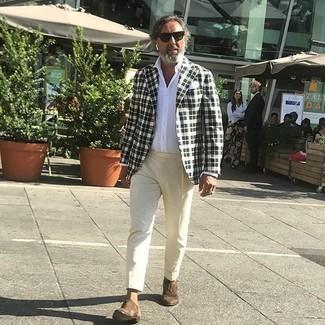 Hellbeige Anzughose kombinieren – 552+ Herren Outfits: Kombinieren Sie ein weißes und schwarzes Sakko mit Schottenmuster mit einer hellbeige Anzughose, um vor Klasse und Perfektion zu strotzen. Schalten Sie Ihren Kleidungsbestienmodus an und machen braunen Wildleder Oxford Schuhe zu Ihrer Schuhwerkwahl.