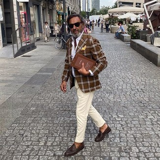 Hellbeige Anzughose kombinieren – 552+ Herren Outfits: Kombinieren Sie ein braunes Sakko mit Schottenmuster mit einer hellbeige Anzughose, um vor Klasse und Perfektion zu strotzen. Vervollständigen Sie Ihr Look mit dunkelbraunen Leder Slippern mit Quasten.