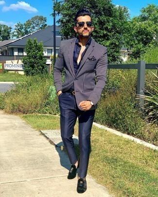Dunkelblaues und weißes gepunktetes Einstecktuch kombinieren – 195 Herren Outfits: Für ein bequemes Couch-Outfit, paaren Sie ein dunkelblaues und weißes vertikal gestreiftes Sakko mit einem dunkelblauen und weißen gepunkteten Einstecktuch. Ergänzen Sie Ihr Outfit mit schwarzen Samt Slippern mit Quasten, um Ihr Modebewusstsein zu zeigen.