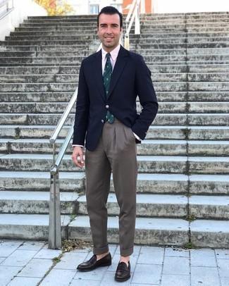 Dunkelbraune Leder Slipper kombinieren – 500+ Herren Outfits: Entscheiden Sie sich für ein dunkelblaues Sakko und eine braune Anzughose, um vor Klasse und Perfektion zu strotzen. Komplettieren Sie Ihr Outfit mit dunkelbraunen Leder Slippern.