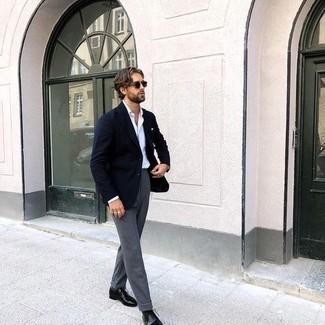 Schwarze Leder Oxford Schuhe kombinieren – 500+ Herren Outfits: Entscheiden Sie sich für ein dunkelblaues Sakko und eine graue Anzughose für einen stilvollen, eleganten Look. Schwarze Leder Oxford Schuhe sind eine perfekte Wahl, um dieses Outfit zu vervollständigen.