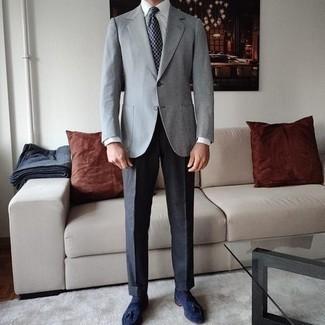 Dunkelblaue und weiße bedruckte Krawatte kombinieren – 267 Herren Outfits: Tragen Sie ein graues Sakko und eine dunkelblaue und weiße bedruckte Krawatte für eine klassischen und verfeinerte Silhouette. Komplettieren Sie Ihr Outfit mit dunkelblauen Wildleder Slippern mit Quasten.