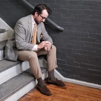 Elegante Outfits Herren 2020: Entscheiden Sie sich für ein graues Sakko und eine beige Anzughose, um vor Klasse und Perfektion zu strotzen. Ergänzen Sie Ihr Look mit braunen Wildleder Slippern mit Quasten.