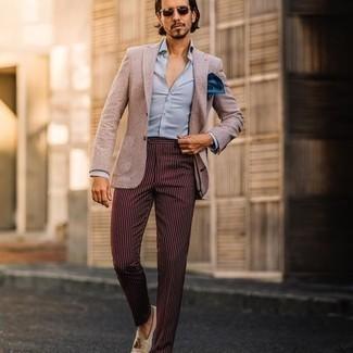 Hellbeige Sakko kombinieren – 1059+ Herren Outfits: Vereinigen Sie ein hellbeige Sakko mit einer dunkelroten vertikal gestreiften Anzughose, um vor Klasse und Perfektion zu strotzen. Hellbeige Wildleder Slipper mit Quasten sind eine großartige Wahl, um dieses Outfit zu vervollständigen.