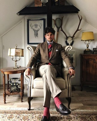 Braunes Wollsakko mit Schottenmuster kombinieren – 52 Herren Outfits: Kombinieren Sie ein braunes Wollsakko mit Schottenmuster mit einer grauen Anzughose für eine klassischen und verfeinerte Silhouette. Schwarze Leder Slipper mit Quasten sind eine perfekte Wahl, um dieses Outfit zu vervollständigen.