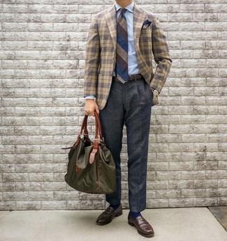 Olivgrüne Shopper Tasche aus Segeltuch kombinieren – 168 Herren Outfits: Für ein bequemes Couch-Outfit, erwägen Sie das Tragen von einem beige Sakko mit Schottenmuster und einer olivgrünen Shopper Tasche aus Segeltuch. Entscheiden Sie sich für dunkelbraunen Leder Slipper, um Ihr Modebewusstsein zu zeigen.