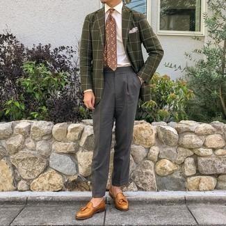 Rosa Einstecktuch kombinieren – 135 Herren Outfits: Ein olivgrünes Sakko mit Karomuster und ein rosa Einstecktuch vermitteln eine sorglose und entspannte Atmosphäre. Rotbraune Leder Slipper mit Quasten bringen Eleganz zu einem ansonsten schlichten Look.