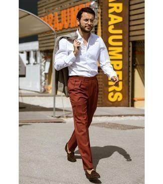 Sommer Outfits Herren 2020: Erwägen Sie das Tragen von einem grauen Sakko und einer rotbraunen Anzughose, um vor Klasse und Perfektion zu strotzen. Dunkelbraune Wildleder Slipper fügen sich nahtlos in einer Vielzahl von Outfits ein. Schon haben wir ein toller Look im Sommer.
