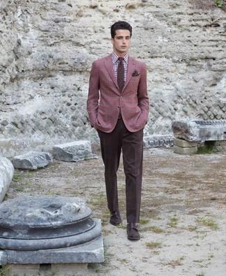 Dunkelbraunes Einstecktuch kombinieren – 440 Herren Outfits: Kombinieren Sie ein dunkelrotes Sakko mit Schottenmuster mit einem dunkelbraunen Einstecktuch für einen entspannten Wochenend-Look. Setzen Sie bei den Schuhen auf die klassische Variante mit dunkelbraunen Doppelmonks aus Leder.