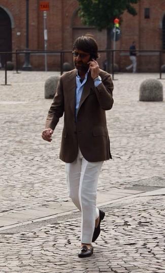 40 Jährige: Outfits Herren 2020: Geben Sie den bestmöglichen Look ab in einem dunkelbraunen Sakko und einer weißen Anzughose. Dunkelbraune geflochtene Leder Slipper mit Quasten fügen sich nahtlos in einer Vielzahl von Outfits ein.