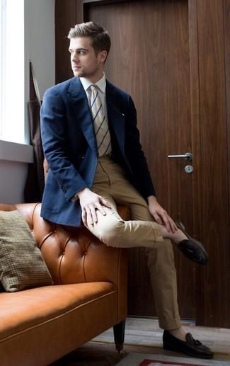 20 Jährige: Outfits Herren 2020: Entscheiden Sie sich für ein dunkelblaues Sakko und eine beige Anzughose, um vor Klasse und Perfektion zu strotzen. Dunkelbraune Leder Slipper mit Quasten sind eine gute Wahl, um dieses Outfit zu vervollständigen.